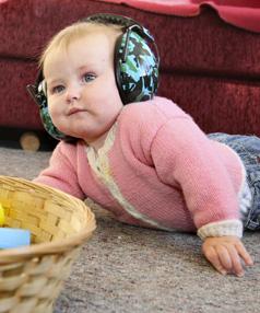 Baby wearning earmuff